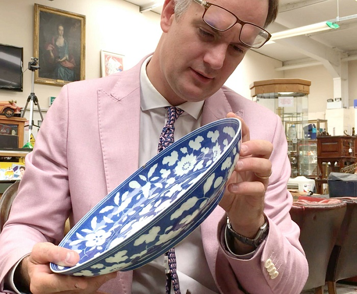 Auctioneer Charles Hanson spotted the bowl during a routine valuation visit to a London home