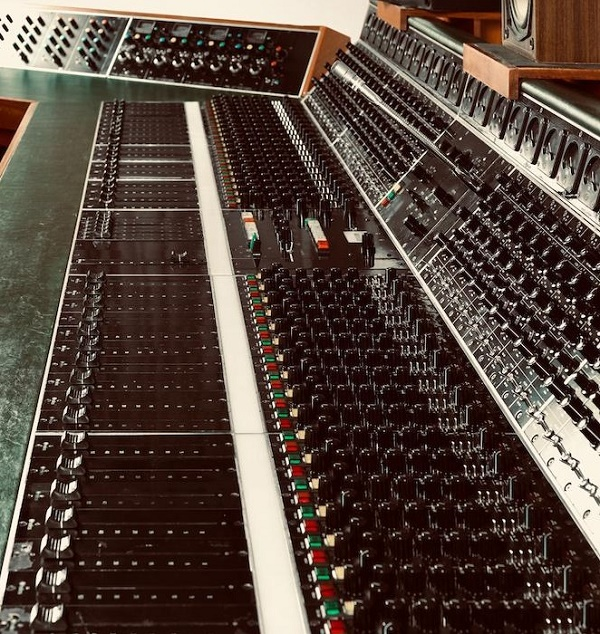 The huge Helios recording console features countless effects and settings, which attracted sonic pioneers such as Jimmy Page