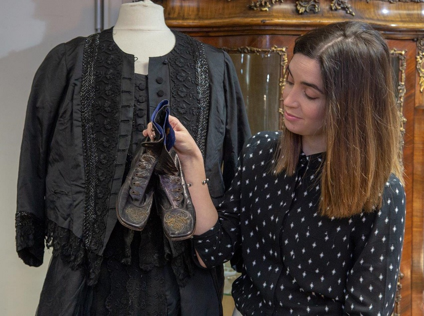 Hanson's expert Emma Carberry pictured with Queen Victoria's black mourning outfit and ankle boots (Image: Hanson's)